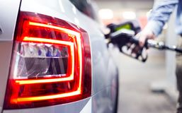 Carburant remplissant dans la vue automobile blanche sur la lumière arrière image libre de droits