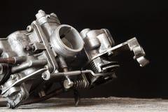 Carburator op houten oppervlakte stock fotografie