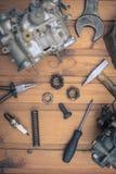 Carburatoren voor een motor van een auto met hulpmiddelen Royalty-vrije Stock Foto's