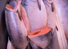 Carcaça fresca e bonita dos peixes da truta pronta para a venda fotos de stock royalty free