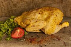 Carcaça inteira da galinha do fazendeiro em uma placa Foto de Stock Royalty Free