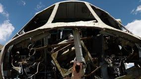 Carcassa del metallo di un aeroplano video d archivio