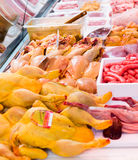 Carcasse del pollo in una finestra del negozio Immagini Stock Libere da Diritti