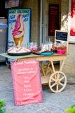 CARCASSON, FRANCIA - 7 DE JULIO DE 2016: ` De Castel Saveurs del ` de la tienda de recuerdos con los caramelos y el helado Imagen de archivo libre de regalías