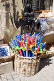 CARCASSON, FRANCIA - 7 DE JULIO DE 2016: Espadas coloridas del juguete en la exhibición fuera de una tienda en Carcasona Imagen de archivo libre de regalías
