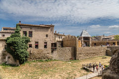 Carcassonne, Γαλλία Άποψη της παλαιάς πόλης, δικαίωμα barbican στην είσοδο στο κάστρο Comtal Στοκ Εικόνες
