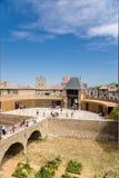Carcassonne, Γαλλία Barbican που υπερασπίζει τη γέφυρα που οδηγεί στο κάστρο Comtal στοκ εικόνες