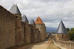 carcassonne筑了堡垒于城镇墙壁 免版税库存图片