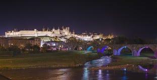 Carcassonne Castel och Pont Vieux vid natt royaltyfri fotografi