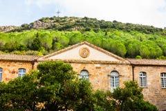 Carcassonne, Francja - 2019 Fontfroide opactwa monaster w Francja Wewnętrzny podwórze Fontfroide opactwo z gothic łukami i ściana obraz royalty free