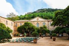Carcassonne, Francja - 2019 Fontfroide opactwa monaster w Francja Wewnętrzny podwórze Fontfroide opactwo z gothic łukami i ściana obraz stock