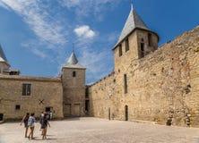 Carcassonne, Frankreich Ansicht des Verteidigungswalls mit Türmen vom Hof des Schlosses Comtal Lizenzfreie Stockbilder