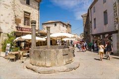 Carcassonne, Frankreich Bereich mit gut herein die alte Stadt Stockbild