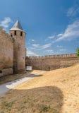 Carcassonne, Frankreich Comtal-Schlossturm und Festungswand Lizenzfreie Stockfotografie