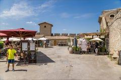 Carcassonne, Frankreich Sommercafé in der oberen Stadt auf dem Hintergrund der Festungswand Lizenzfreie Stockfotografie