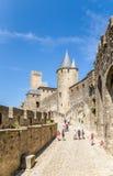 Carcassonne, Frankreich Touristen, die exotische mittelalterliche Verstärkungen besuchen Stockfotografie