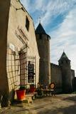 Carcassonne, une ville de sommet dans des Frances du sud, est un site de patrimoine mondial de l'UNESCO célèbre pour sa citadelle images libres de droits