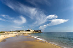 Carcavelos strand och helgon Julian Fortress Royaltyfri Fotografi