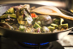 Carciofi cucinati in una pentola Fotografie Stock