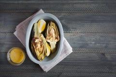 Carciofi e limoni sul piatto Questo prodotto ha una di più alte capacità antiossidanti Immagine Stock