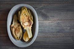 Carciofi e limoni sul piatto Questo prodotto ha una di più alte capacità antiossidanti Fotografie Stock
