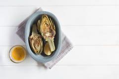 Carciofi e limoni sul piatto Questo prodotto ha una di più alte capacità antiossidanti Fotografia Stock