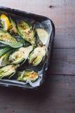 Carciofi freschi con prezzemolo ed i giovani fagioli in una teglia da forno Fotografia Stock Libera da Diritti