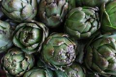 Carciofi freschi da vendere al mercato del ` s dell'agricoltore Fotografia Stock Libera da Diritti