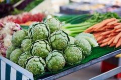 Carciofi sul mercato dell'agricoltore a Parigi, Francia Immagine Stock