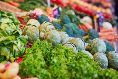 Carciofi sul mercato dell'agricoltore a Parigi, Francia Fotografie Stock Libere da Diritti