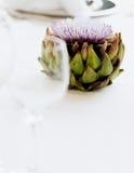 Carciofo di fioritura sulla tavola di nozze Immagine Stock