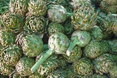 Carciofo fresco al mercato del villaggio Grande frutta del carciofo Immagine Stock
