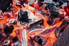 Carcoalsbrandhout met brandclose-up stock foto's