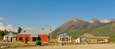carcross微小的镇与积雪覆盖的山的在背景中 库存图片