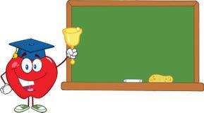 Carácter de Apple que suena una Bell para de nuevo a la escuela en Front Of Chalkboard Imagenes de archivo