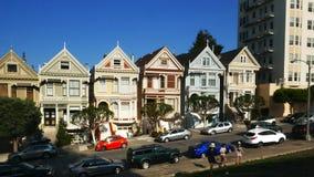 Cardán tirado de caminar encima de la calle con las casas pintadas de las señoras en San Francisco almacen de video