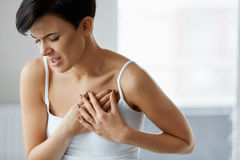 Cardíaco de ataque Dor bonita do sentimento da mulher em cuidados médicos da caixa imagem de stock royalty free