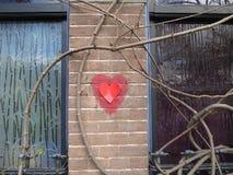 Cardíaco de ataque, um coração vermelho em uma parede de pedra do tijolo imagem de stock