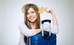 card credit holding smiling woman στοκ εικόνα με δικαίωμα ελεύθερης χρήσης