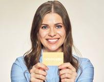 card credit holding smiling woman στοκ εικόνες με δικαίωμα ελεύθερης χρήσης