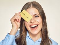 card credit holding smiling woman Στοκ φωτογραφίες με δικαίωμα ελεύθερης χρήσης