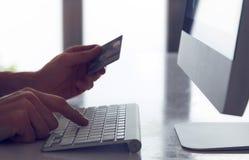 card grund shopping för dof-fokushanden online mycket Arkivbilder