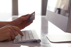 card grund shopping för dof-fokushanden online mycket Royaltyfri Foto