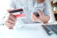 card grund shopping för dof-fokushanden online mycket Fintech begrepp Fotografering för Bildbyråer