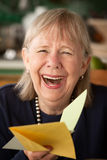 card hälsningspensionärkvinnan Arkivfoton