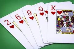 Carda el inglés de la cubierta del póker, color de la llamada de la mano de póker, consistiendo en cinco letras de corazones, dos  Foto de archivo libre de regalías