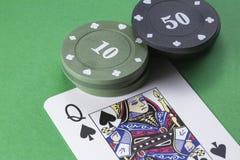 Carda el inglés de la cubierta del póker, reina de espadas, al lado de etiquetas de 10 y 50 Imágenes de archivo libres de regalías