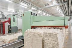 Carda nella fabbrica del tessuto fotografia stock