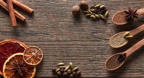 Cardamome, bâtons de cannelle, clous de girofle, noix de muscade, étoiles d'anis, poivre de Jamaïque photos stock