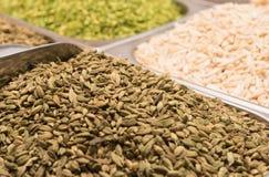 Cardamomo para a venda no souk da especiaria em Deira UAE Dubai Imagens de Stock Royalty Free